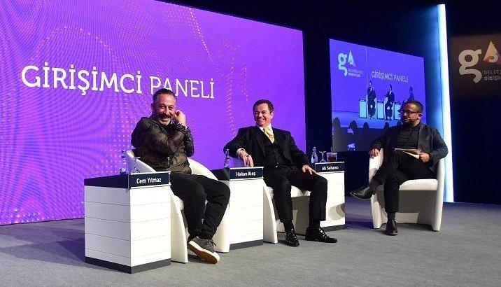 Cem Yılmaz, DenizBank Genel Müdürü Hakan Ateş (ortada) ve TOBB Genç Girişimciler Kurulu Başkanı Ali Sabancı